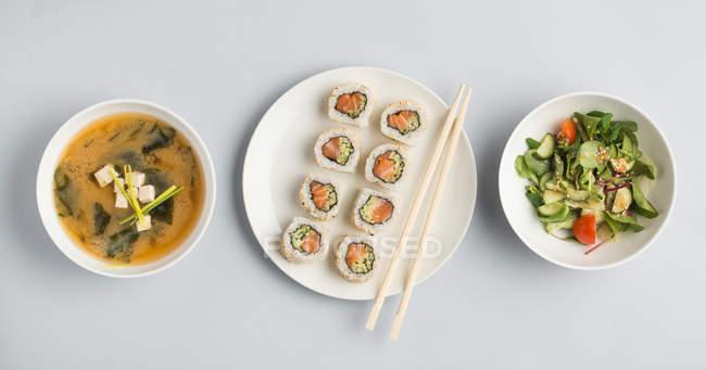 Soupe miso avec salade et rouleaux de sushi — Photo de stock