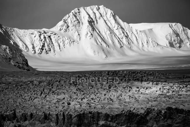 Mountain covered with snow — Stock Photo