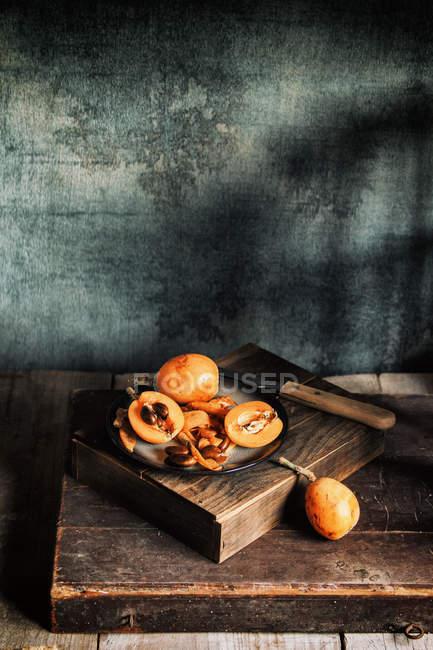 Свіжі loquats в плита — стокове фото