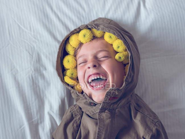 Ragazzo in corona di fiori gialli — Foto stock