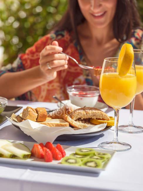 Frau frühstücken im hotel — Stockfoto
