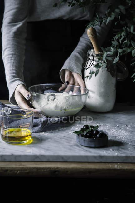 Mains féminines faisant la pâte — Photo de stock