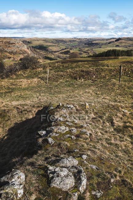 Felsige Wiesen und kleinen Hügeln — Stockfoto