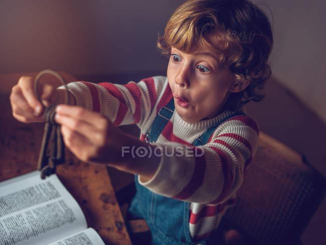 Bambino che tiene chiavi vintage — Foto stock