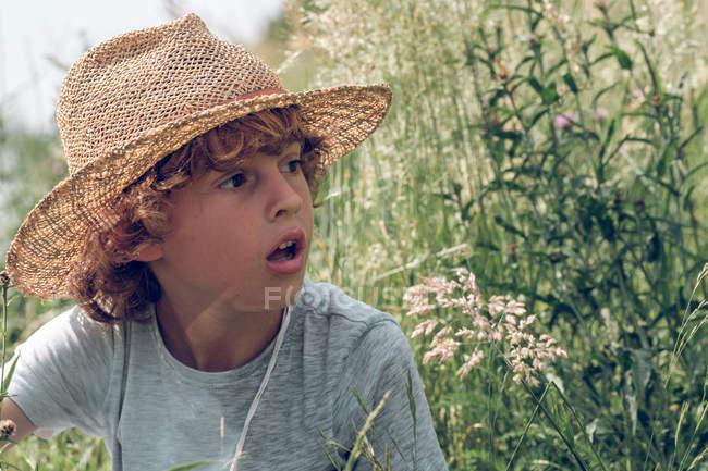 Rapaz sentado na grama — Fotografia de Stock