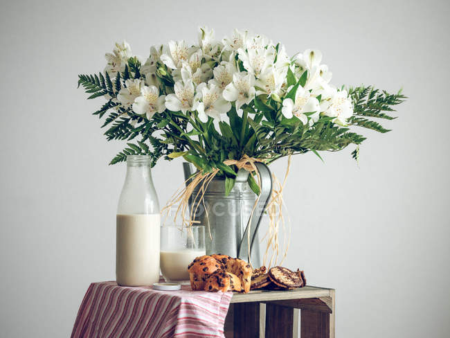White flowers and breakfast — Stock Photo