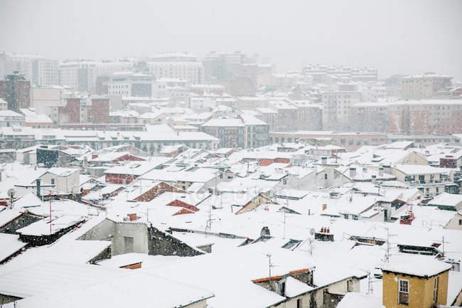 Пташиного польоту snowy дахів будинків в Більбао, Іспанія. — стокове фото