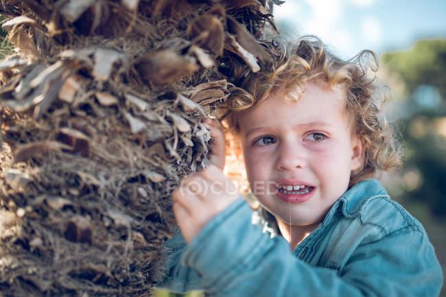 Плачущий маленький мальчик опираясь на ладонь — стоковое фото