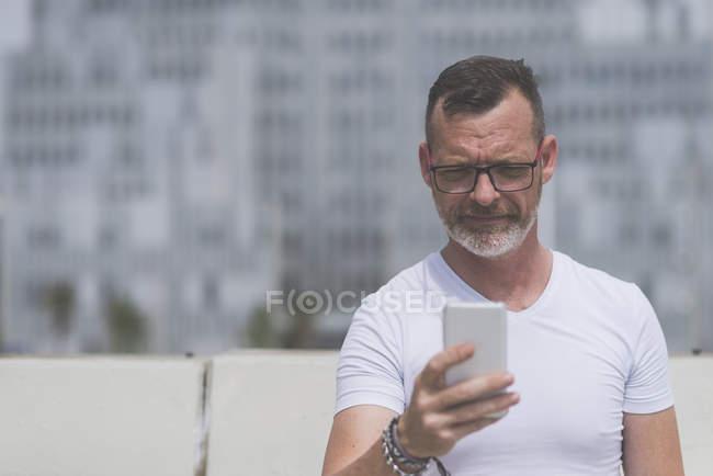 Homem de negócios usando smartphone — Fotografia de Stock