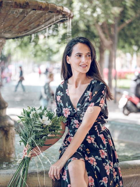 Женщина с букетиком цветов — стоковое фото
