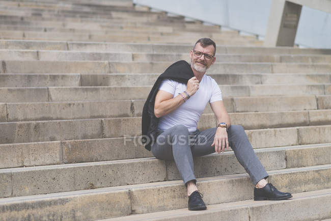 Senior businessman sitting on stairs — Stock Photo