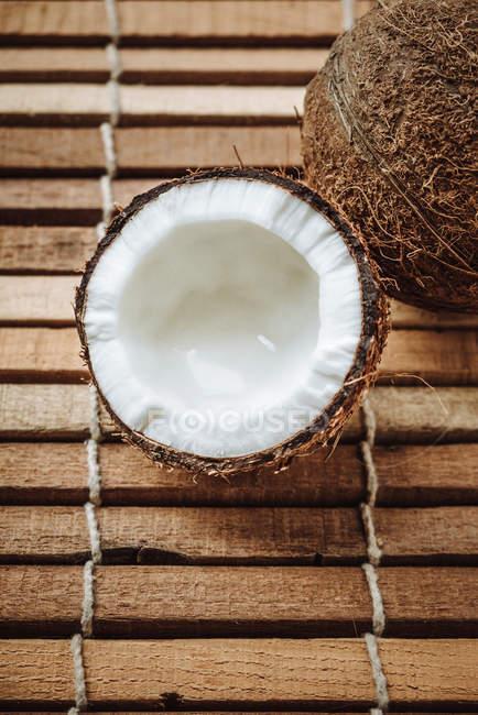 Трещины и весь кокоса — стоковое фото