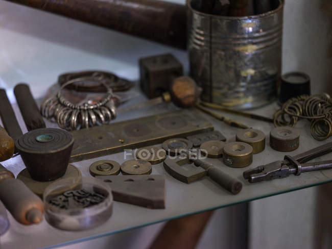 Verschiedene Werkzeuge und Muster am Tisch in der Werkstatt, Nahaufnahme — Stockfoto