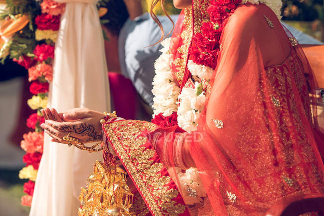 Mariée hindoue en costume traditionnel — Photo de stock