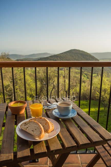 Desayuno con café y tostadas - foto de stock