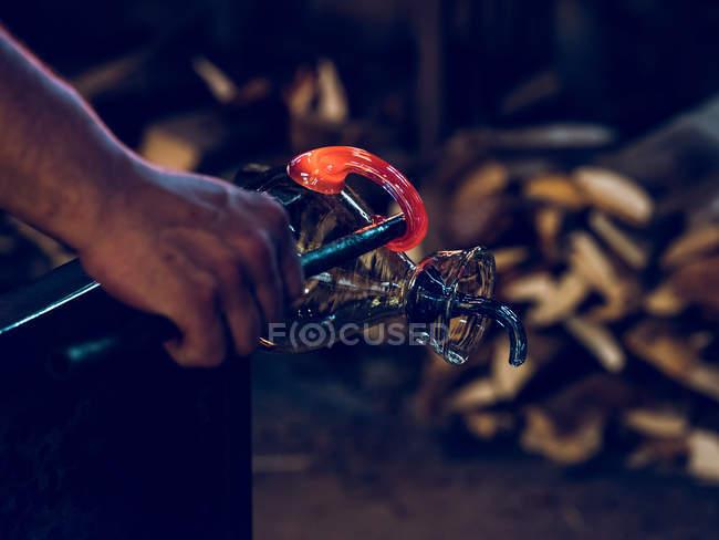 Unbekannter Glasbläser formt Halter auf Glaskrug auf Fabrik. — Stockfoto