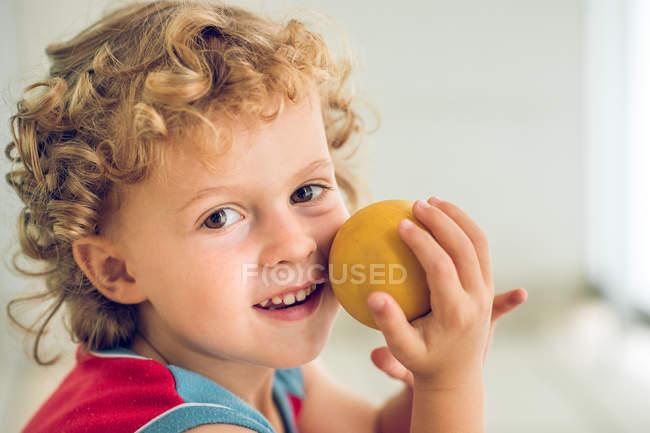 Ragazzino che tiene la palla — Foto stock