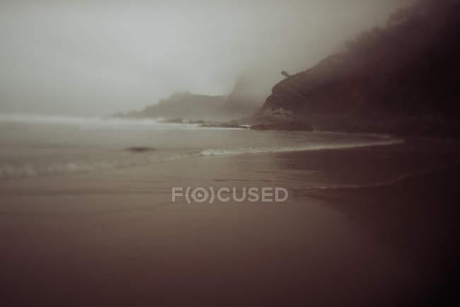 Praia e mar tempestuoso — Fotografia de Stock