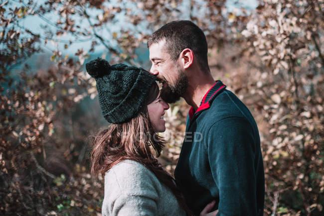 Пара, підтримуючи в лісі — стокове фото