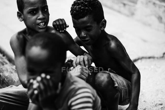 ЛА-АБАНА, КУБА - 1 мая 2018 года: Черно-белый кадр этнических детей, проводящих время на улице Кубы в солнечном свете — стоковое фото
