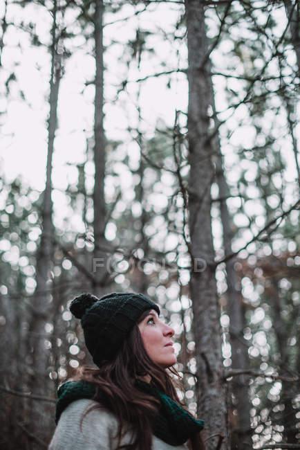 Femme debout dans les bois — Photo de stock