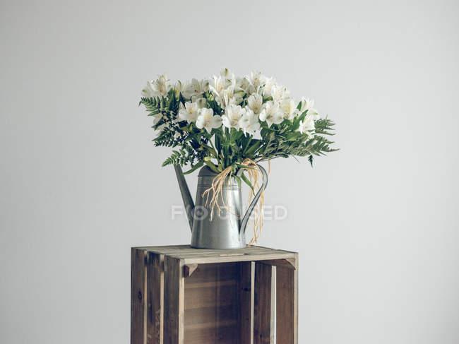 Bouquet de fleurs dans l'arrosoir — Photo de stock