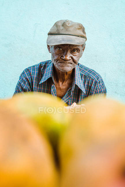 LA HABANA, CUBA - MAY 1, 2018: Serious black man with wrinkles on face looking at camera on street local market — Stock Photo