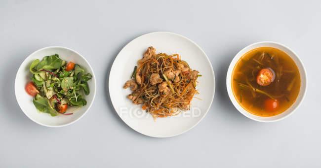 Soupe miso avec salade et assiette de nouilles — Photo de stock