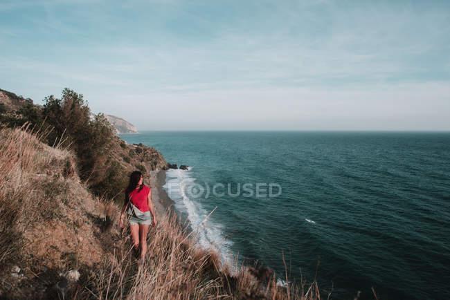 Жінка вигулює на узбережжі — стокове фото
