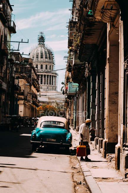 Внешний вид города с старой архитектуры и старинных автомобилей, Куба — стоковое фото