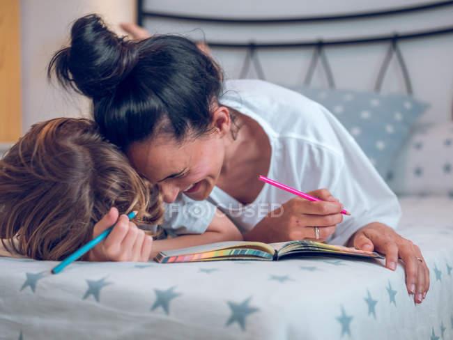 Мать и ребенок раскрашиванию — стоковое фото
