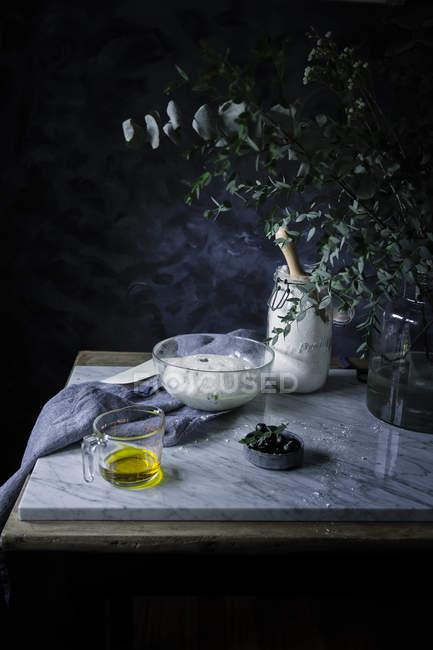 Ciotola con la pasta sul tavolo — Foto stock