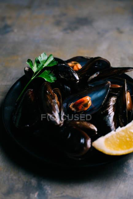Gekochte frische Muscheln auf Platte — Stockfoto