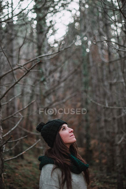 Woman standing in woods — Stock Photo