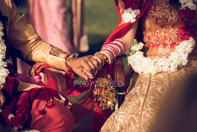 Mariée hindoue et marié tenant la main — Photo de stock