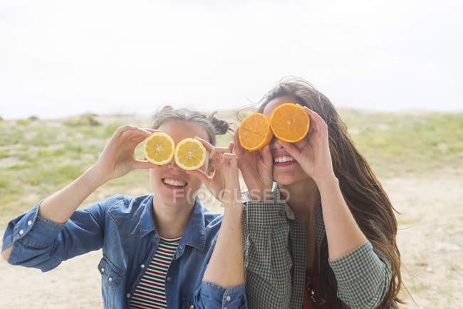 Mulheres posando com laranjas em olhos — Fotografia de Stock