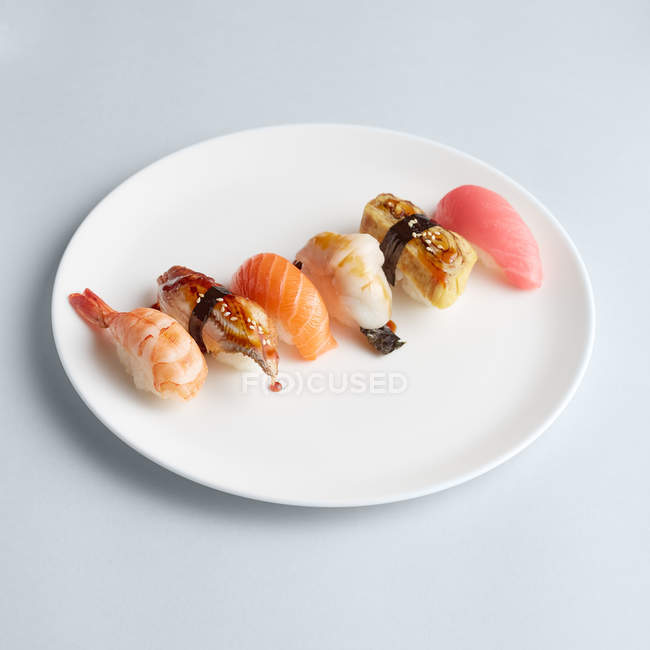 Set de sushi minimalista en placa - foto de stock