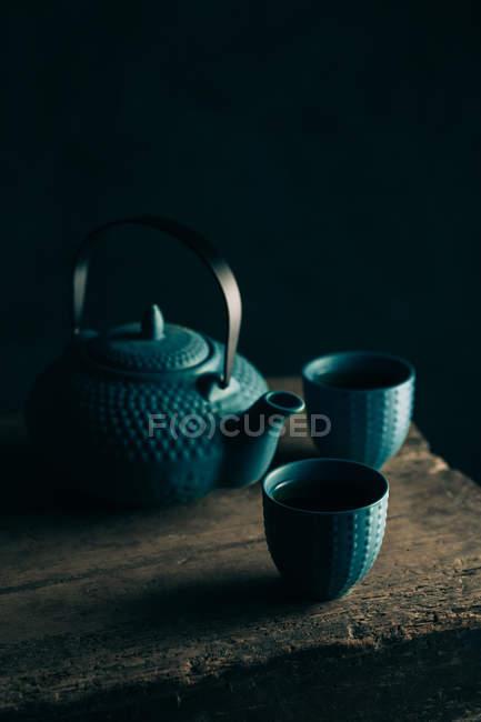 Théière bleue et tasses de thé — Photo de stock