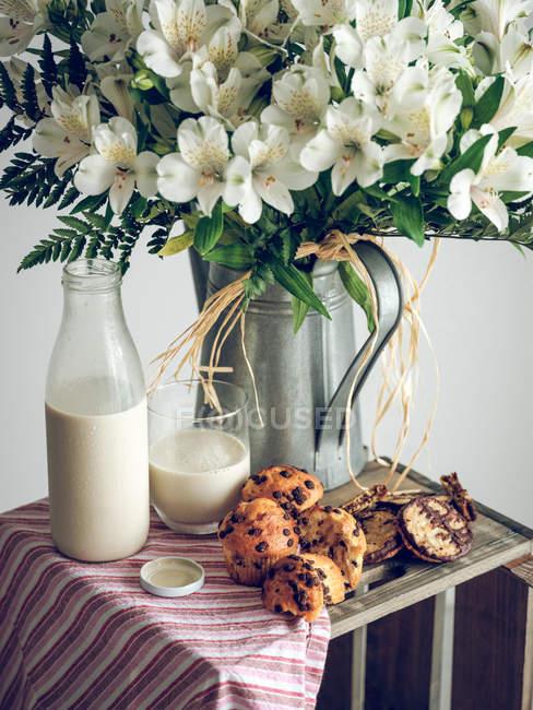 Fleurs blanches et petit déjeuner — Photo de stock