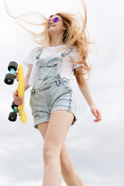 Блондинка дівчина з Пенні ради прогулянка у парку — стокове фото