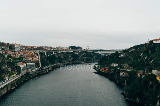 Ponte sul fiume e sulla città con tetti arancioni, Oporto, Portogallo — Foto stock