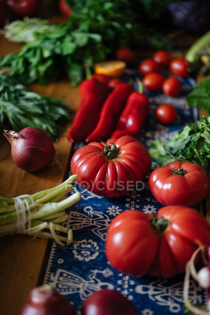 Ortaggi freschi e verdi sulla tavola di legno — Foto stock
