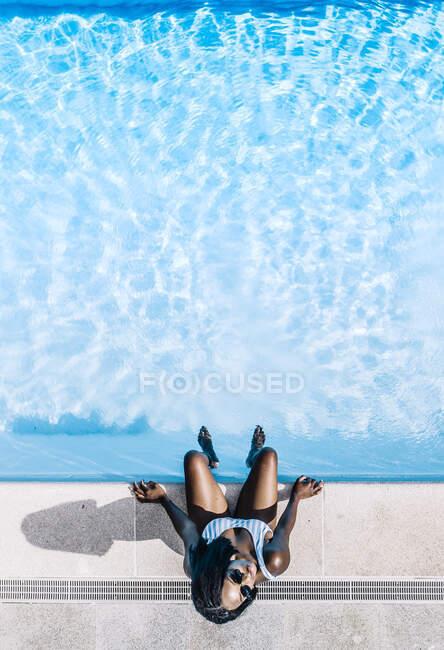 Милая африканка в купальнике в бассейне. — стоковое фото