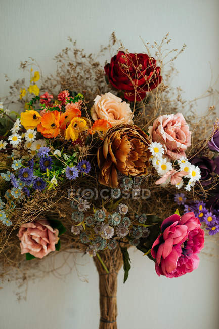 Elegant bouquet of showy fresh roses and wildflowers with dried flowers and herbs — Stock Photo