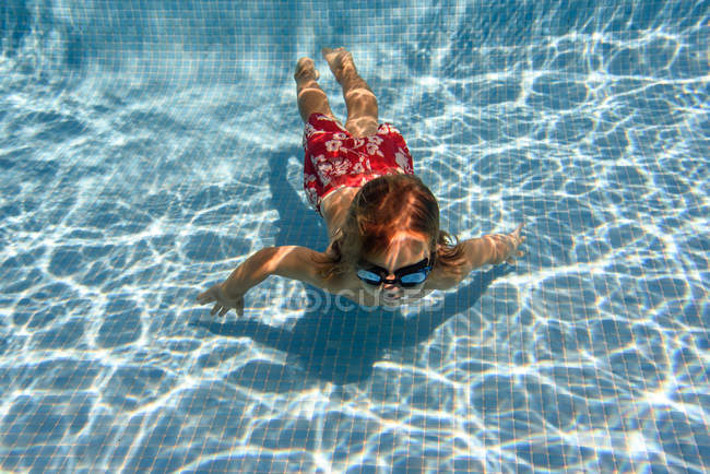 Baignade sous-marine pour enfants d'âge préscolaire dans une piscine bleue, vue aérienne — Photo de stock