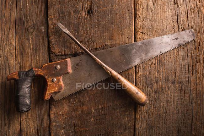 Strumenti arrugginiti su superficie di legno del carpentiere — Foto stock