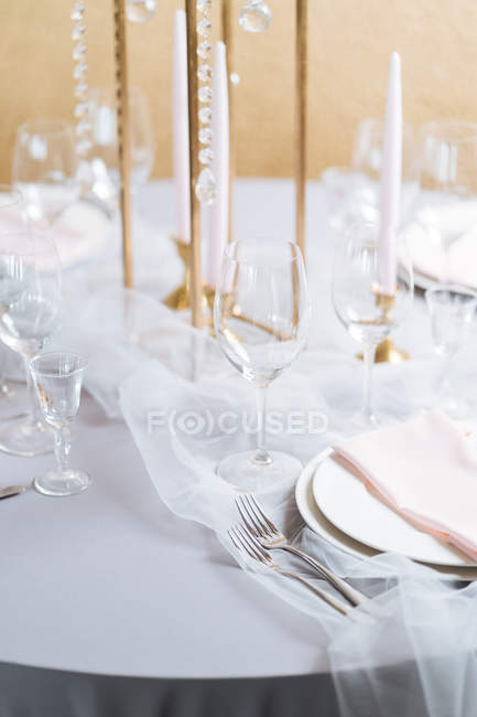 Круглі настройки таблиці в елегантному стилі з білим порцеляни і кришталю окуляри — стокове фото