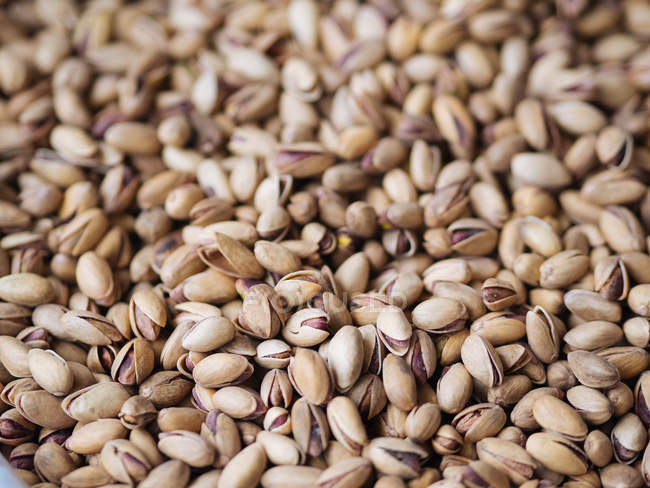 Close-up of dry shelled pistachios in heap — Stock Photo
