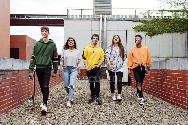 Група підлітків на вулиці — стокове фото