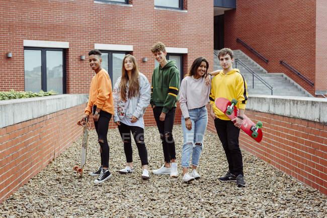 Groupe d'adolescents dans la rue — Photo de stock